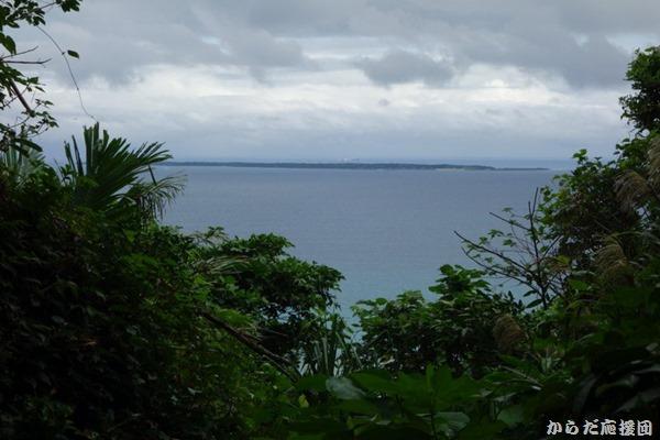 斎場御嶽から久高島を望む