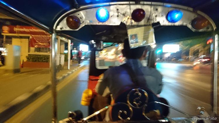 バンコクの街を疾走するトゥクトゥク